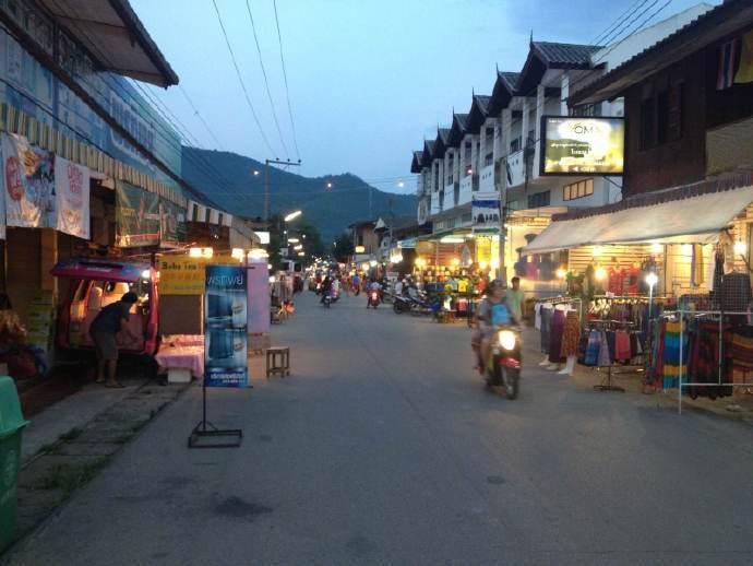 拜县,一个泰北小城,虽不如曼谷清迈有名气,可是小清新的气质