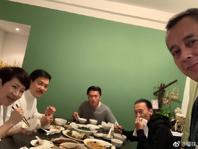 谢霆锋晒全家宴,谢贤与前妻狄波拉相处愉快,全家都笑得非常开心