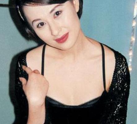 曾是张卫健最爱的女人,最困难时选择分手嫁富豪,如今51岁仍单身