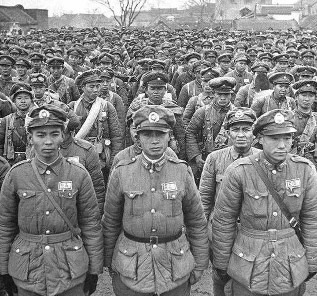 照片中的国民党军队,此时全部成为了俘虏,从人数上来看,应该是成建制