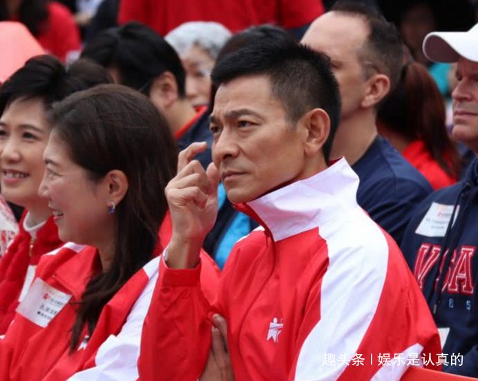刘德华出席活动,脸上气色不及身旁老人,却积极投身参与公益