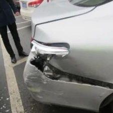 一杯豆浆、一脚油门 萍乡奥迪女司机连撞六辆小车