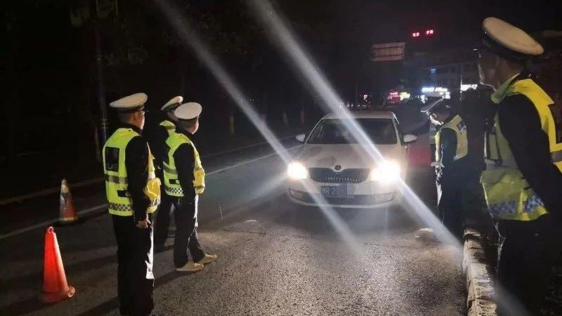 桐柏交警夜查交通违法 酒驾司机被查出是网上逃犯