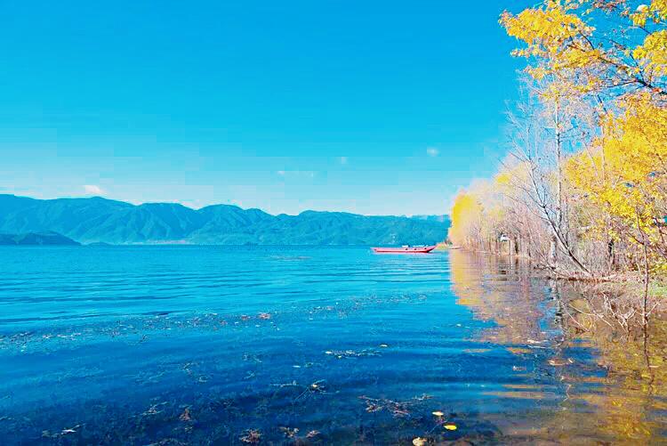 你说大海很美,而我却偏爱泸沽湖的深蓝
