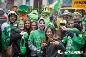 美国人戴上绿帽子! 今天过了什么节?