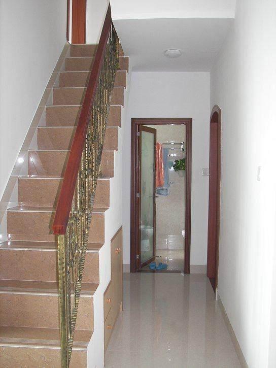 楼梯下面,还有个洗手间,一楼的洗手间.图片