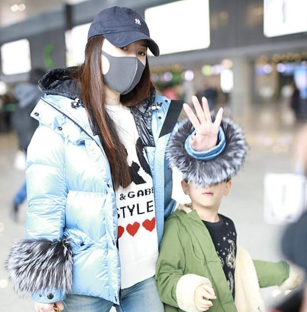 霍思燕带儿子现身机场嗯哼扮鬼脸放飞自我小爷表情包可爱戳图片