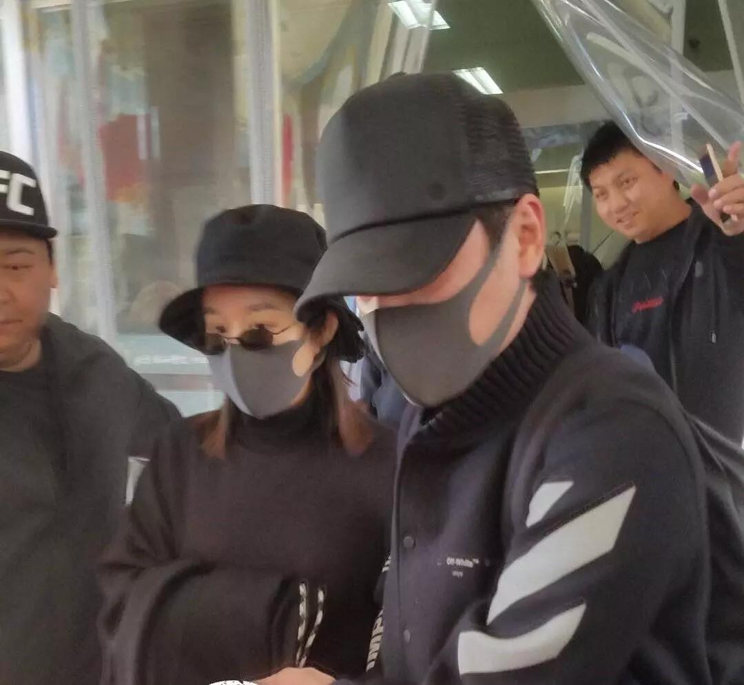 赵丽颖产后首次现身状态良好 工作人员护住孩子正面防曝光