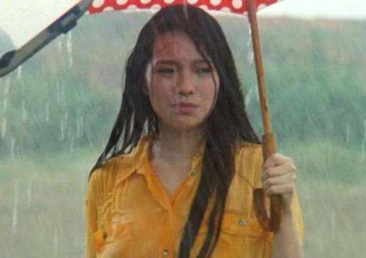 还记得《火烧岛》里的撑伞女子吗