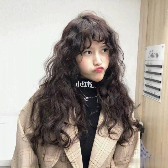 长发妹妹们想换发型也别慌,今年超红的羊毛卷发型就特别适合长发女孩.