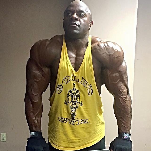 強壯的肩膀,肌肉清晰可見!