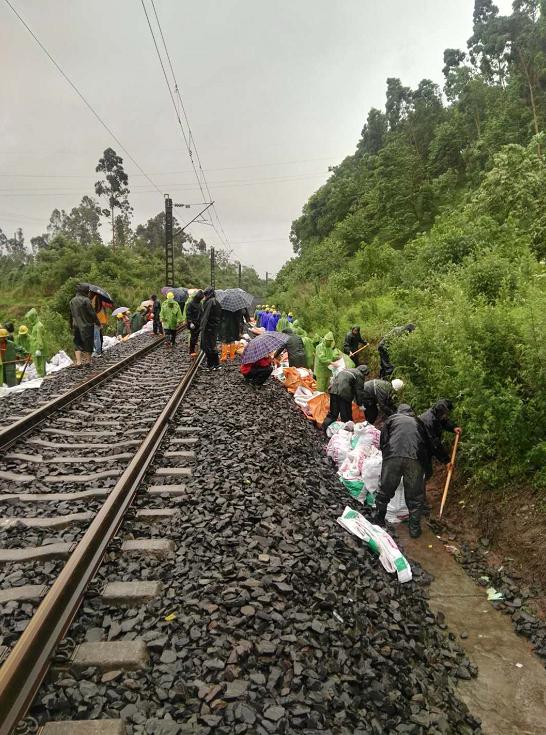 乐山突降暴雨 泥石流影响成昆铁路18趟列车运行