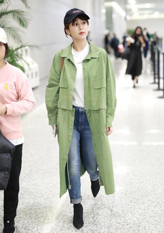 杨紫现身机场,尖头短靴+外翻牛崽裤,潮到炸裂