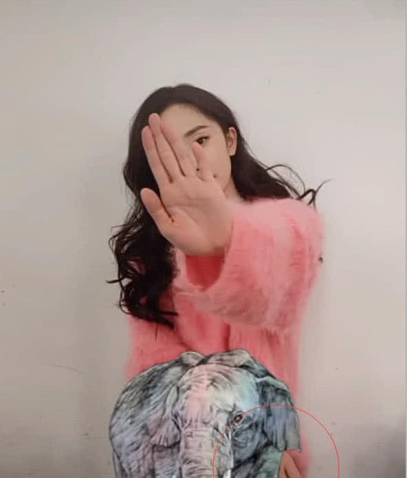 """杨幂为""""野生动物""""发声,手的位置成亮点,网友:你的形象呢?"""