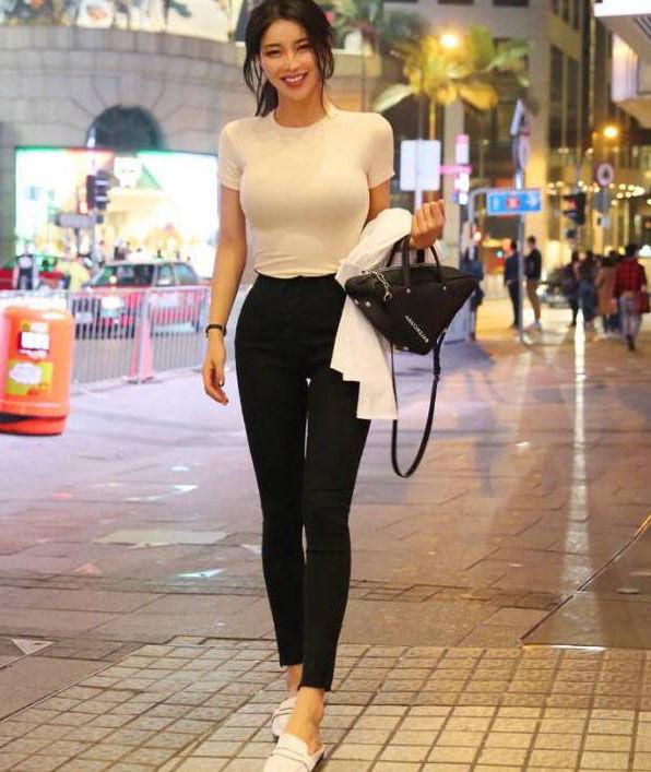 街拍:身姿修长的打底裤姑娘,那么性感和迷人!
