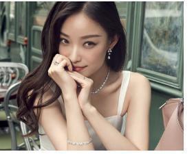倪妮在香港街头拍戏,因长相太美被围观合影,但却不知道她是明星