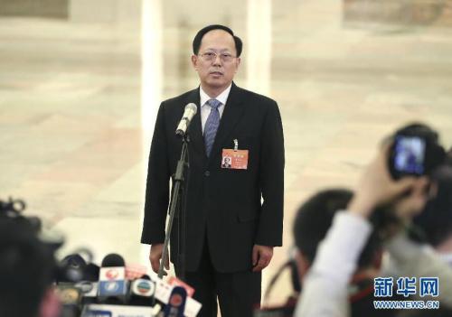 """3月8日,十三届全国人大二次会议在北京人民大会堂举行第二次全体会议。这是国家体育总局局长苟仲文在""""部长通道""""接受采访。新华社记者 金立旺 摄"""