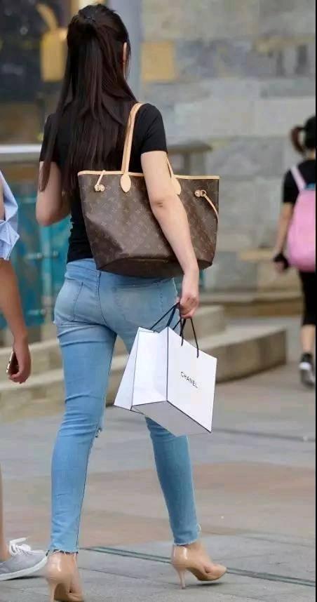 街拍:前凸后翘的小姐姐性感翘臀吸睛,穿的牛仔裤很时尚性感哦