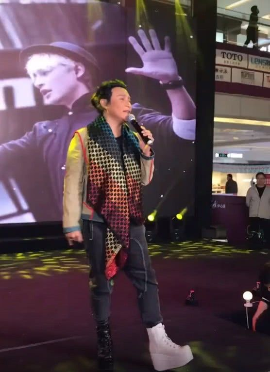 """47岁的陈志朋出席商演,脚上的""""阴阳鞋""""抢镜,网友:就你敢穿"""