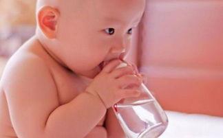 新生儿若是母乳喂养,这个月份就应该喂水了,以免缺水损害健康