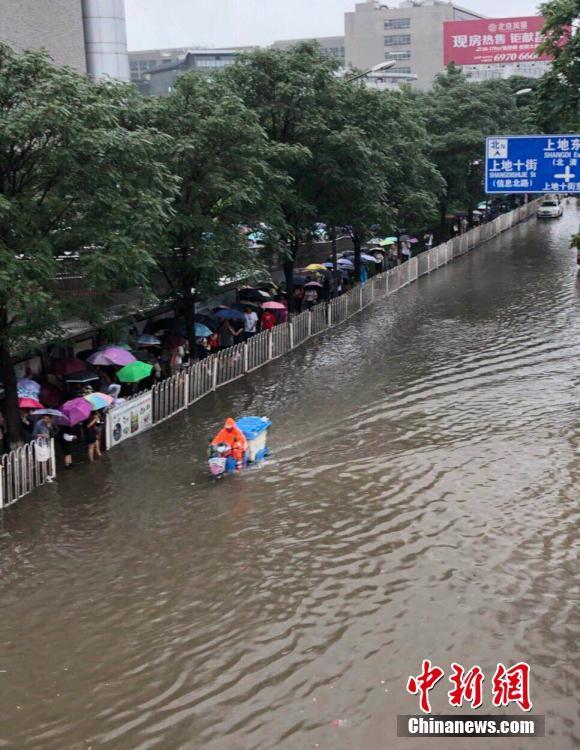 """北京突降暴雨开启""""看海""""模式 开车如行船"""