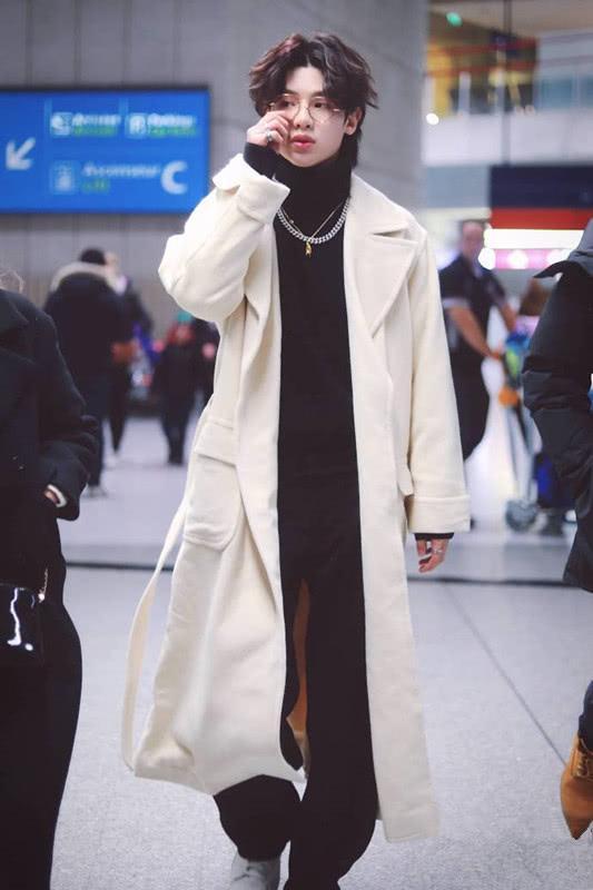 黄明昊从巴黎归来,穿白色大衣配黑色高领,满满的国际范!