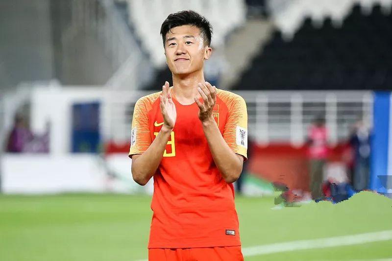 国足2:1泰国,球迷围攻鲁能国脚:就你这水平还是