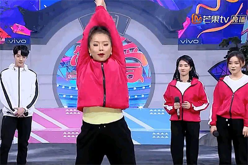 《快乐大本营》王菊大跳热舞,露出一截蛮腰,许凯的表情亮了