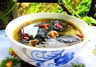 乌鸡汤,原汁原味,清润可口,对人体白血球和血色素有增强的作用