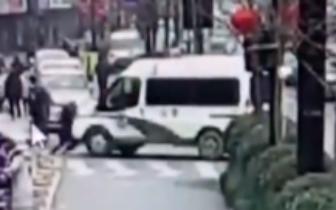 警察都懵了! 小伙派出所门口碰瓷警车满地打滚
