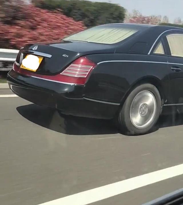 高速偶遇马云同款座驾,价值千万黄牌迈巴赫62s