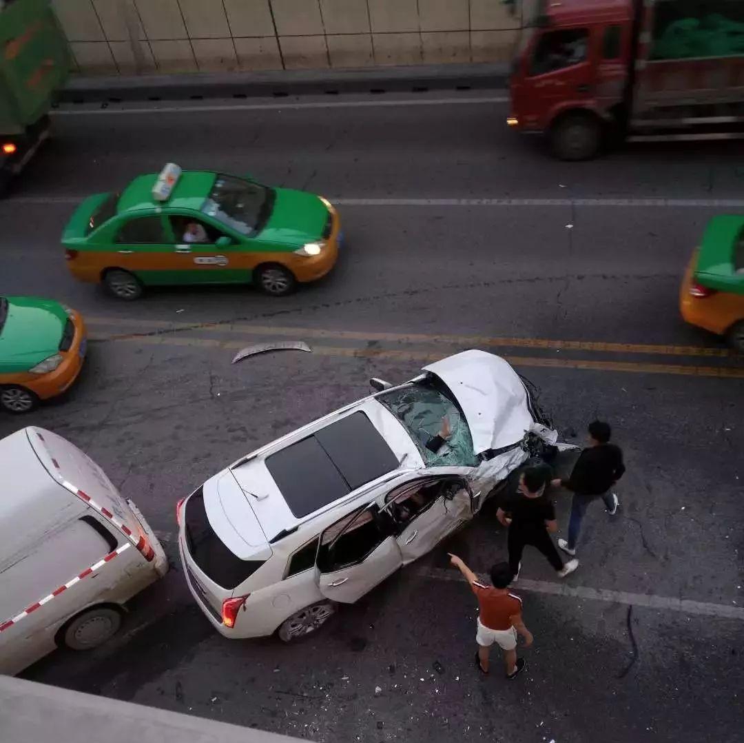 环城西路玉祥门下穿隧道凌晨发生交通事故 行车记录仪画面曝光
