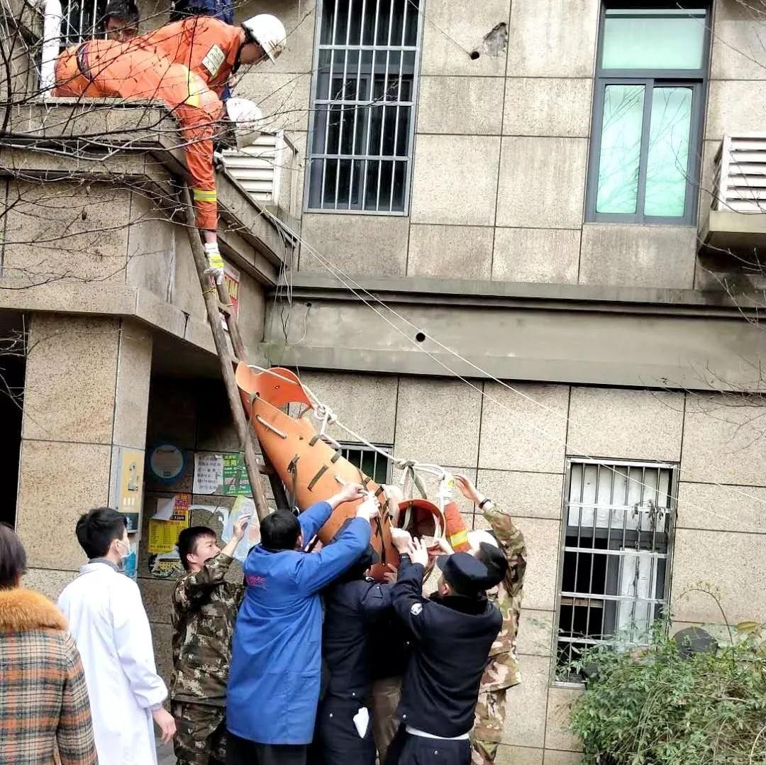 上饶一老人从五楼摔下二楼 民警和消防员与死神赛跑