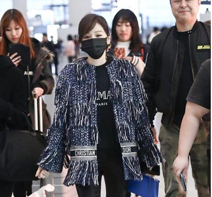 王心凌身穿蓝色流苏外套内搭黑色卫衣现身机场 打扮时尚低调