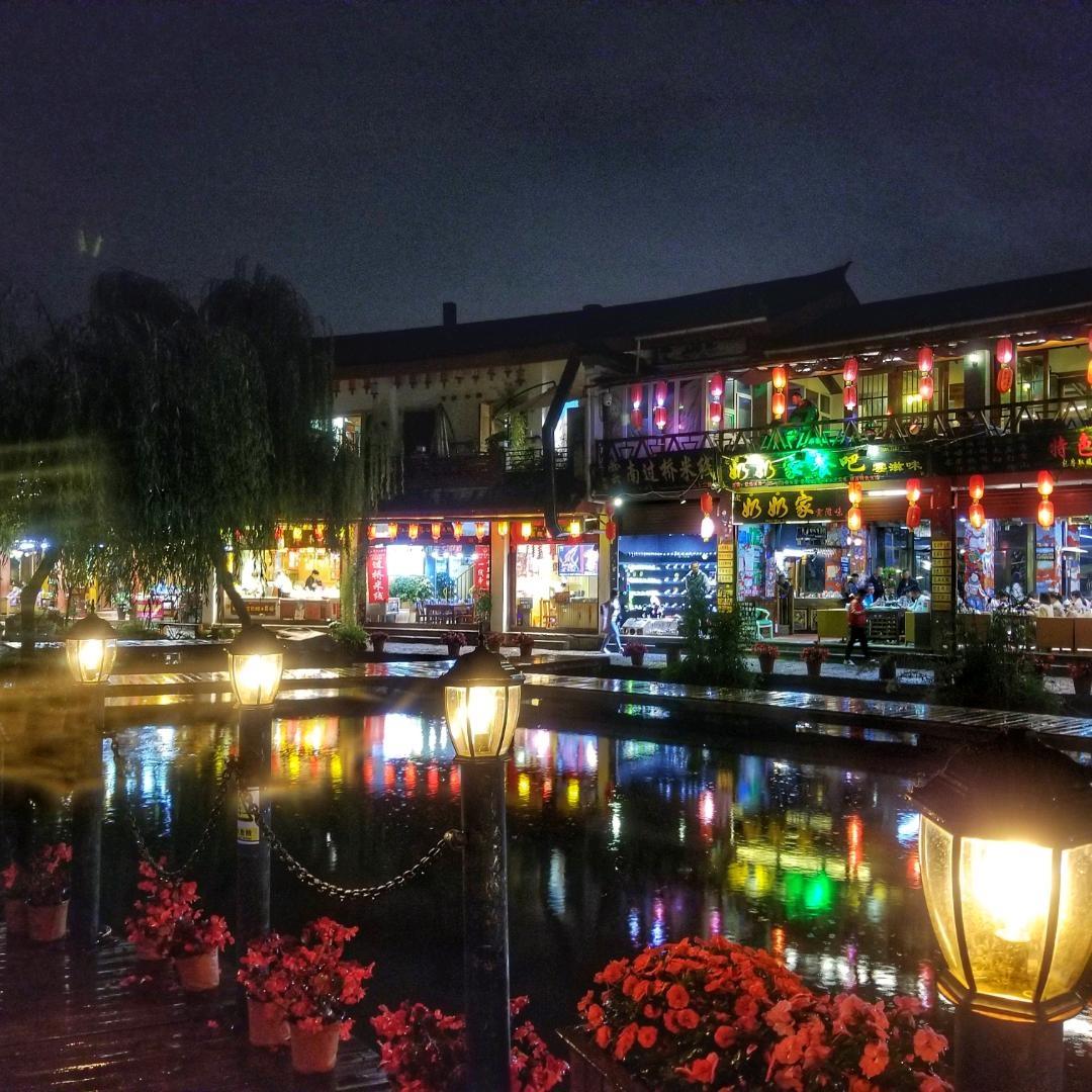 束河古镇的夜景    入秋后束河古镇的夜色。
