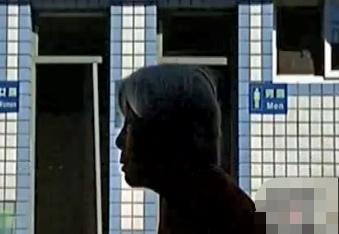 三个女儿为争房产闹不休 七旬老母在住公厕