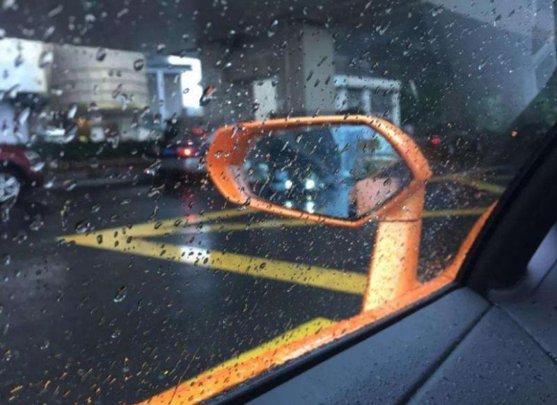 遇到下大雨,车子让雨淋一淋是不是就能代替洗车了?