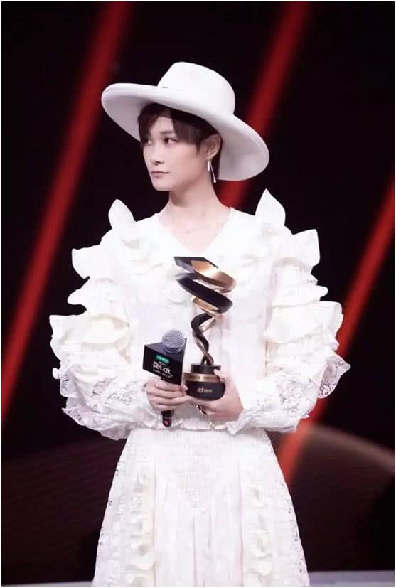 35岁李宇春真是神仙颜值!一袭花边裙美艳十足,早该这样穿了