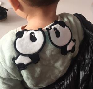 """宝宝背后塞毛巾,啥操作?很多人看不懂的带娃习惯之""""隔汗巾"""""""