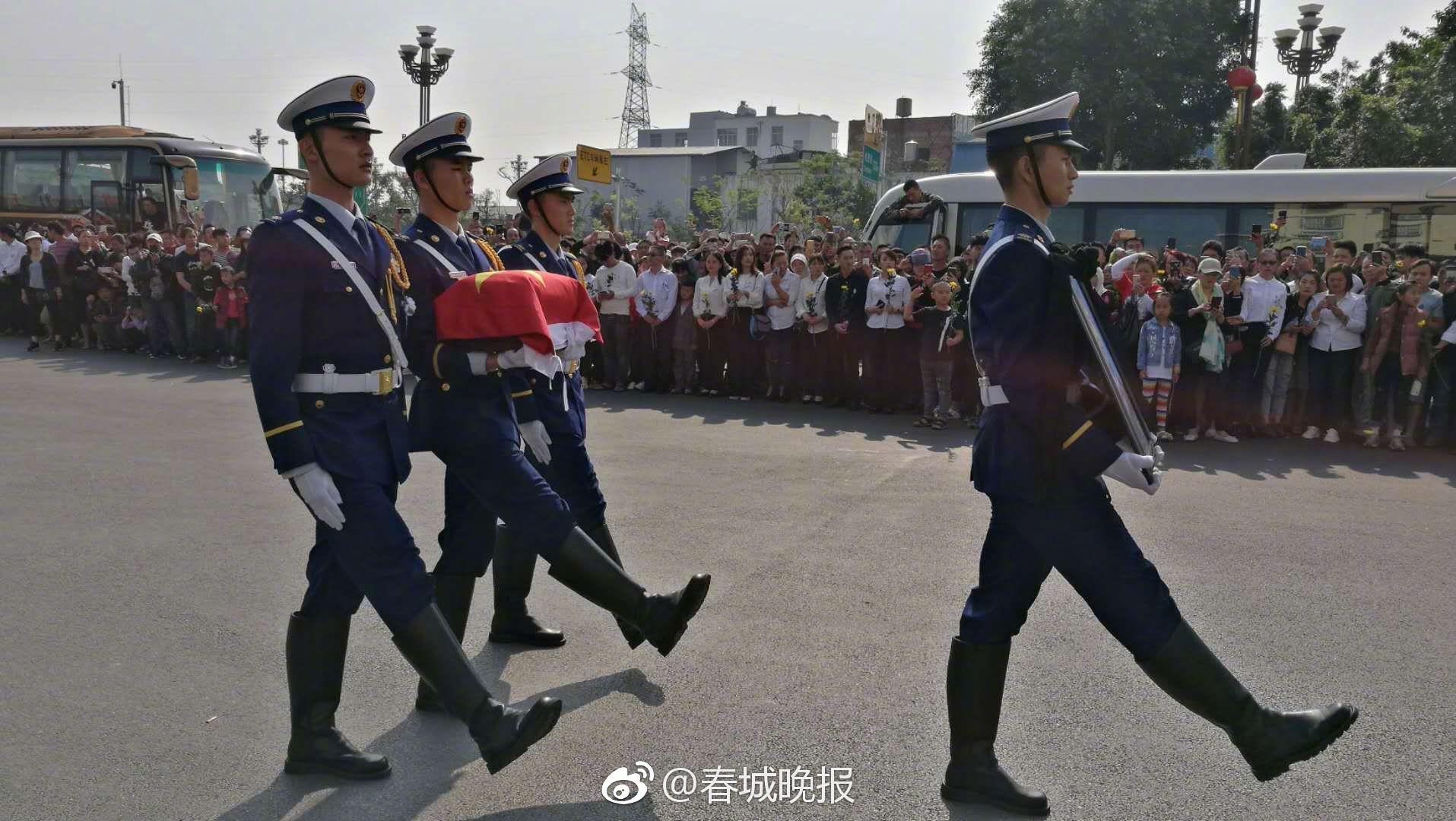 武汉人开窗大合唱,让人心疼的抱团激励!