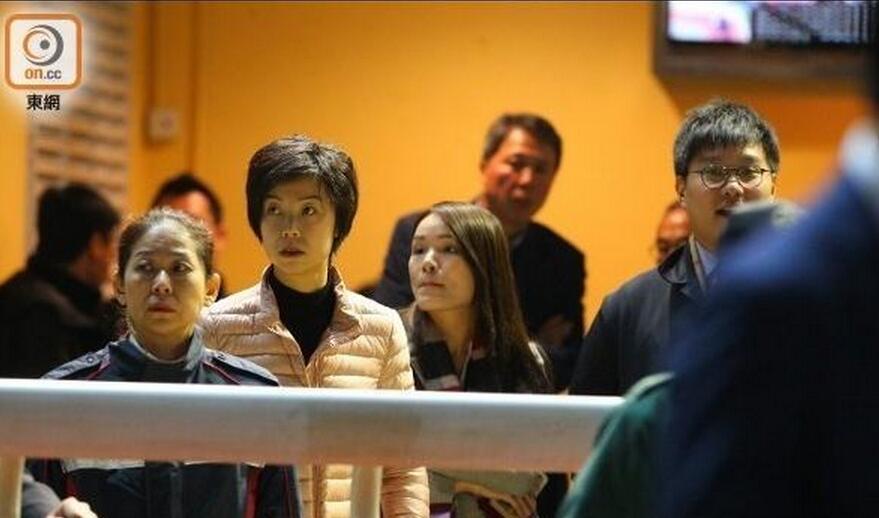 相差20岁的张怡宁夫妇看赛马,巨商老公忙抽烟,大魔王小动作不少