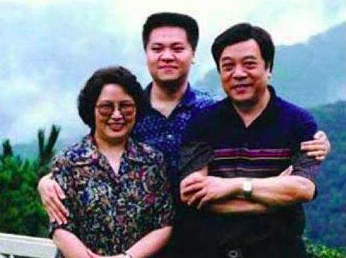 77岁赵忠祥近照身体硬朗,住5亿豪宅,妻子原来这么美