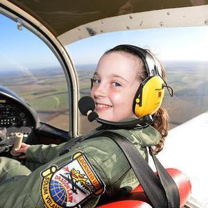 14岁女生成为英国最年轻飞行员