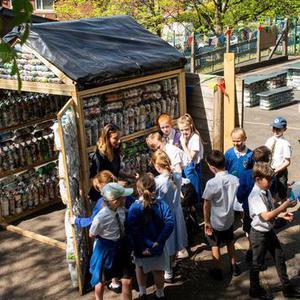 """英国小学生用三千个塑料瓶造了""""教室"""""""