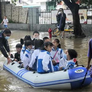 暴雨致海口一学校门口积水