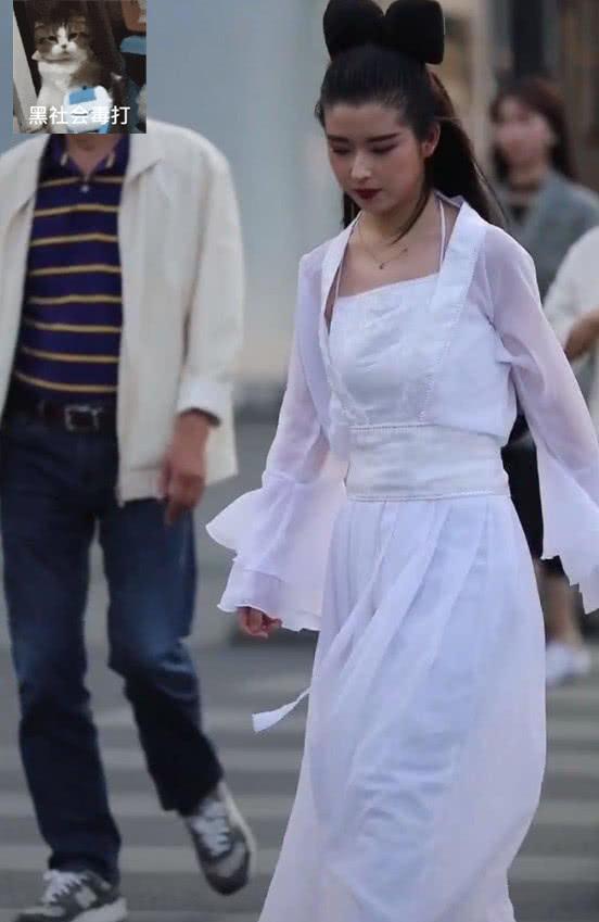 """""""王祖贤""""现杭州街头?一身聂小倩装扮,让人莫名怀念张国荣"""