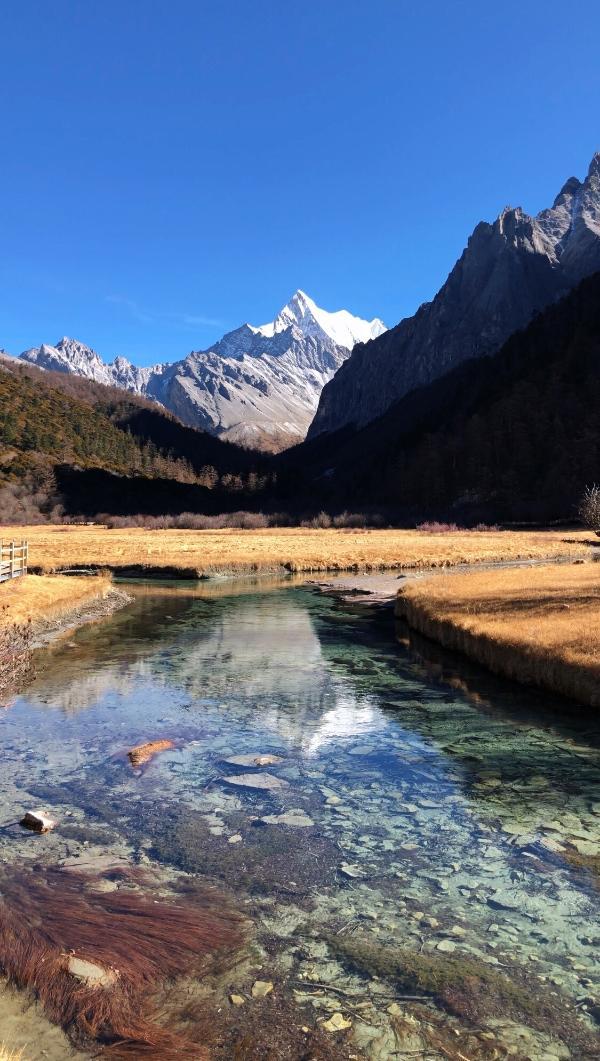 稻城亚丁风景区坐落于稻城县香格里拉镇亚丁村境内,是中国大香格里拉
