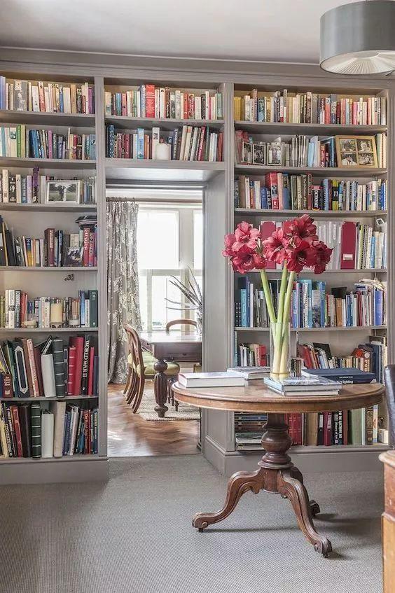 【装修案例】还在装书房?out啦,2019年流行的是家庭图书馆!