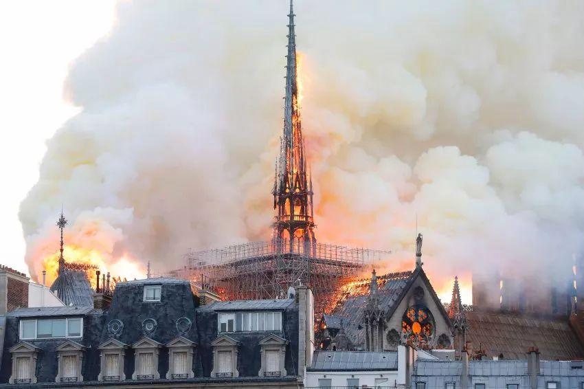 巴黎圣母院火灾,主塔楼倒塌,从此怪人无钟楼