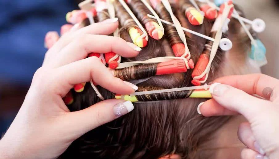 烫发时用的药水流到皮肤,有火辣的感觉,会影响头皮和头发吗?